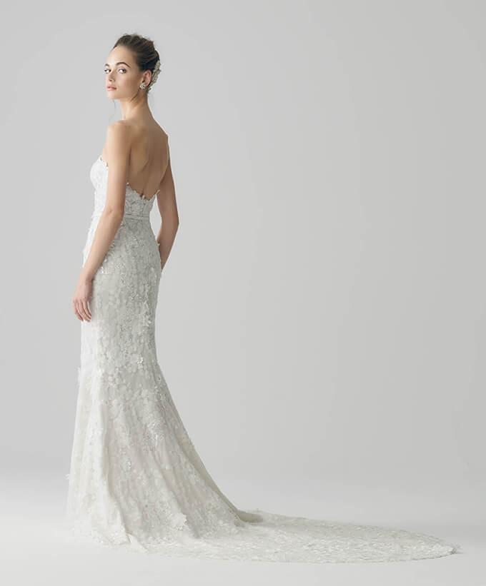 a16c65814ba25 マーメイドラインのドレス全体にひとつひとつ丁寧にあしらった立体的なフラワーモチーフが贅沢でフェミニンな雰囲気。透明感のある輝きが特別感を演出します。